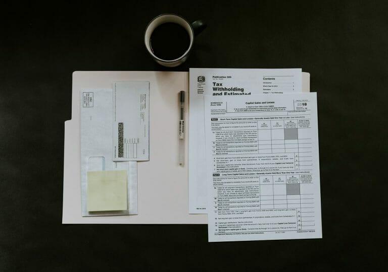 Este artículo habla acerca de la nueva fecha límite para hacer los taxes 2021. La imagen es acorde.