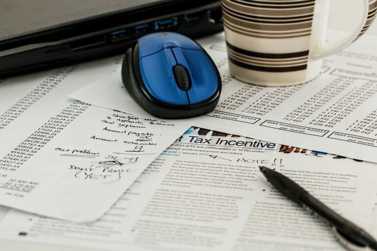 Este artículo habla sobre cómo ahorrar dinero en la declaración de impuestos 2021. La imagen es acorde.