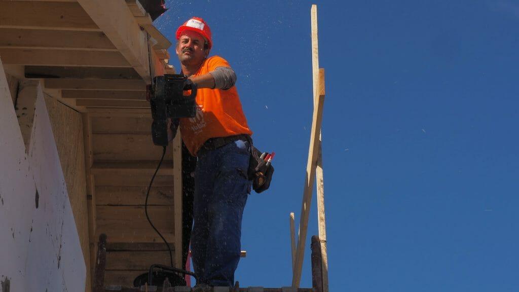 Este artículo habla sobre cómo ahorrar en impuestos al construir una casa. La imagen es acorde.