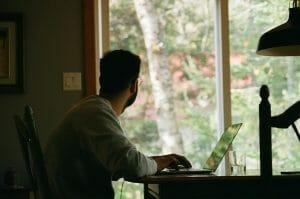 Este artículo habla acerca de la relación entre trabajo remoto e impuestos. La imagen es acorde.