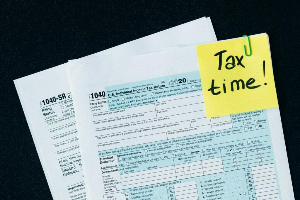 Este artículo habla sobre la temporada de impuestos. La imagen es acorde.