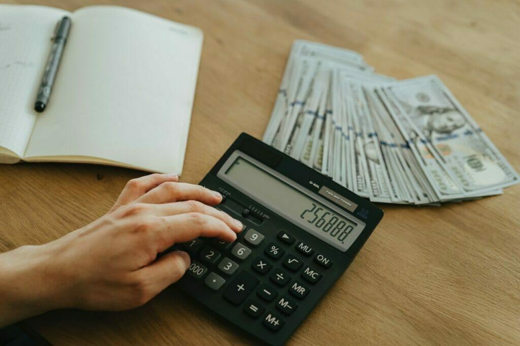 Este artículo habla sobre las fechas límite para pagar impuestos si eres trabajador por cuenta propia. La imagen es acorde.